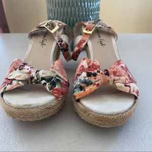 American Eagle floral wedges